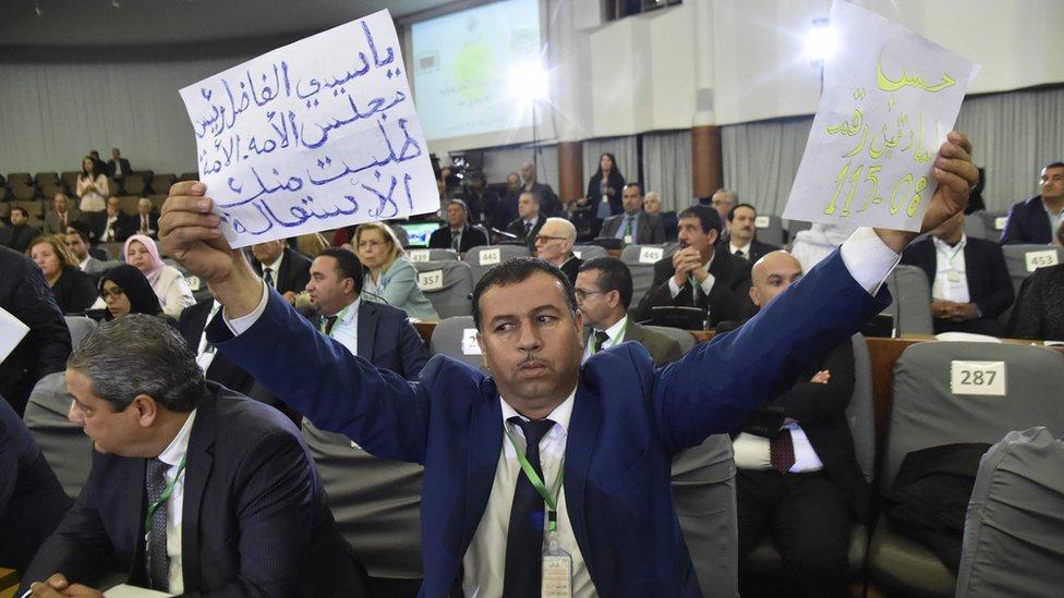 يواجه تقلد بن صالح، منصب الرئيس مؤقت للبلاد، معارضة في أوساط المعارضة الجزائرية لقربه من الرئيس الجزائري بوتفليقة