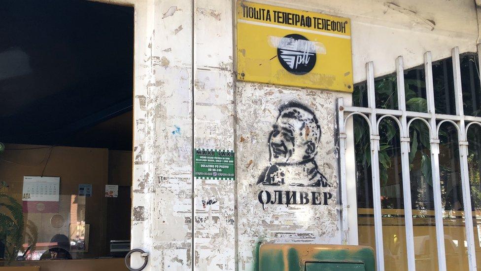 Grafiti sa likom Olivera Ivanovića, političara sa severa Mitorvice koji je ubijen u januaru 2018. godine, mogu se videti na zidovima širom grada