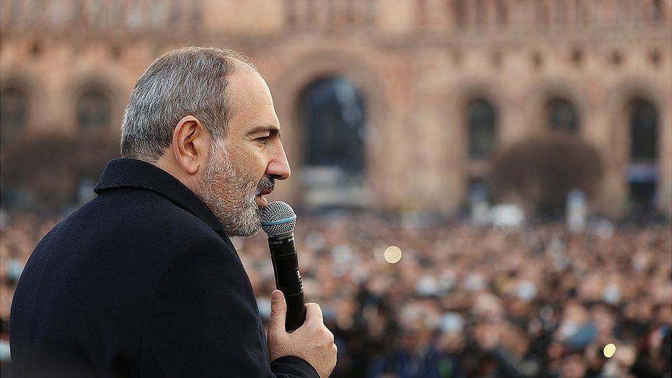 Кризис в Армении: противостояние Пашиняна и генштаба продолжается