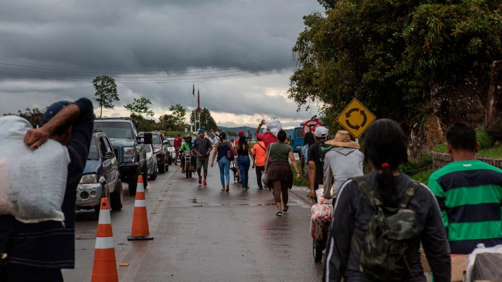 Venezolanos cruzan la frontera desde Colombia