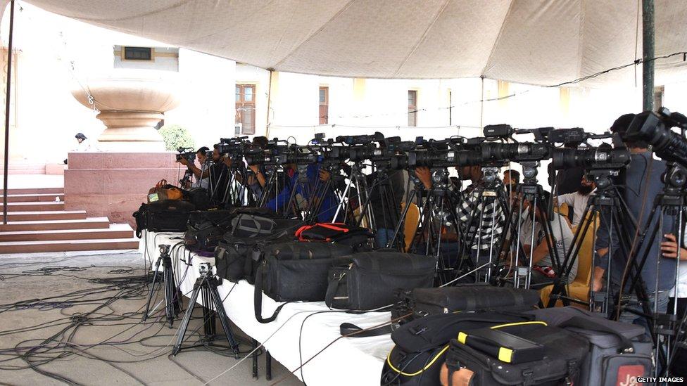 गिद्धों की तरह शिकार करती मीडियाः वुसअत का ब्लॉग
