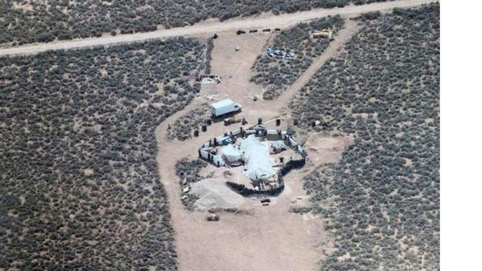 Одинадцять зморених голодом дітей знайшли у пустелі в США