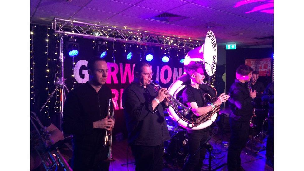 Roedd y gwynt efo Band Pres Llareggub yn y categori Band Newydd Gorau