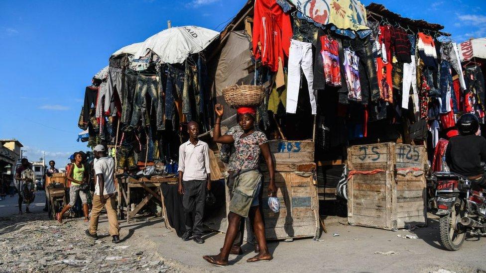 mujer vende en un mercado en Haití