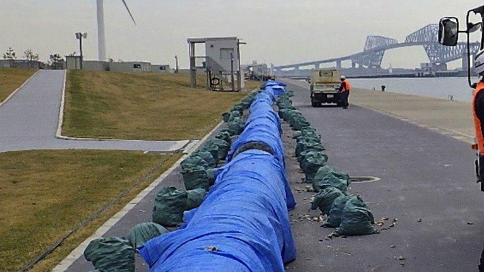 Enormes quantidades de equipamento tiveram que ser retiradas da água para serem limpas