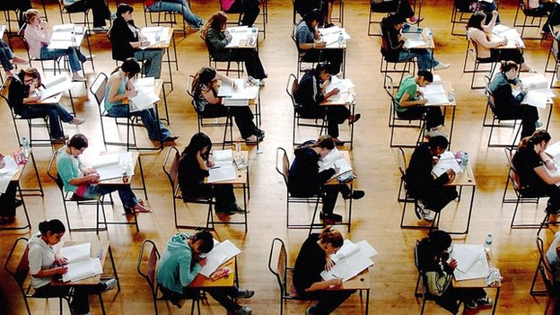 University offers 'should be made after results day', say lecturers