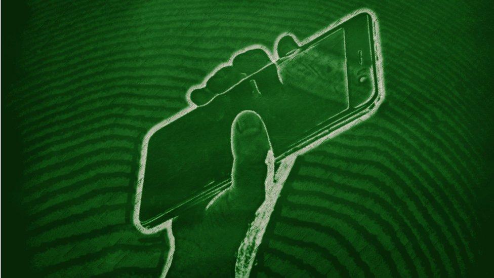 GETTY IMAGE de uma mão segurando um smartphone