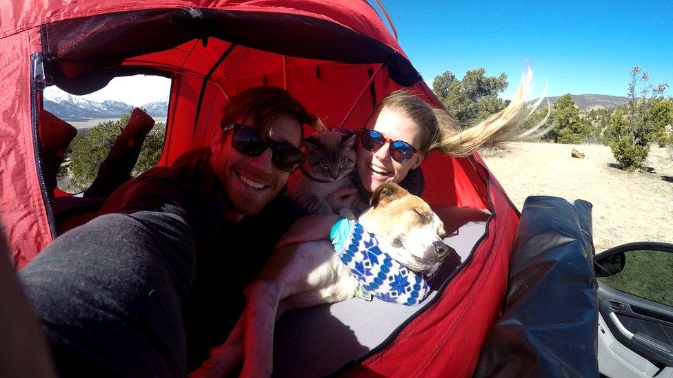 La pareja en una carpa con los dos animales.