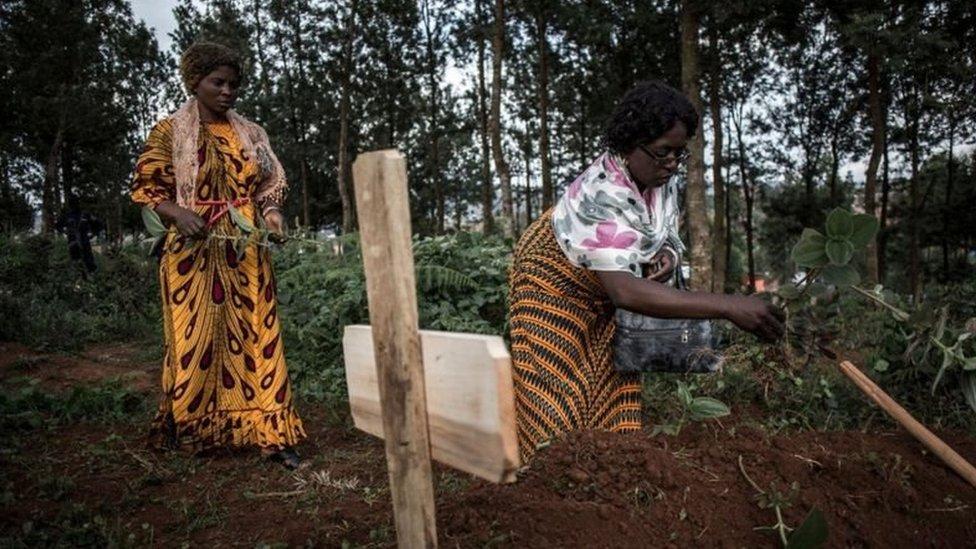 Perempuan di Butembo, Kongo, di pemakaman anggota keluarganya yang meninggal karena Ebola.