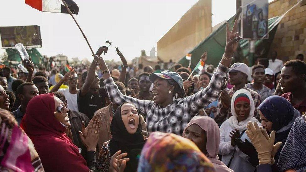 सूडान में लंबे समय तक राष्ट्रपति रहे ओमार अल बशीर की गिरफ़्तारी का जश्न मनाती महिलाएं