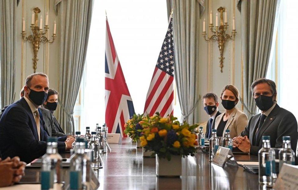 美國國務卿布林肯(右)與英國外交大臣拉布舉行會晤