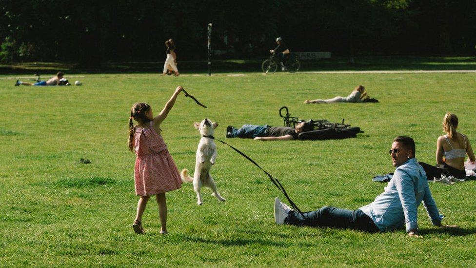 Gente en un parque.