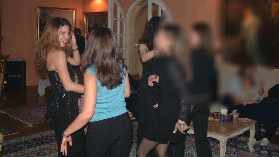 Feranak Amidi en una fiesta en Irán.