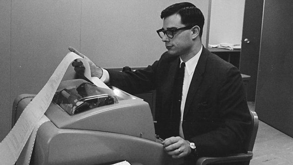 Allan Scherr trabajando con una computadora del MIT en 1963.