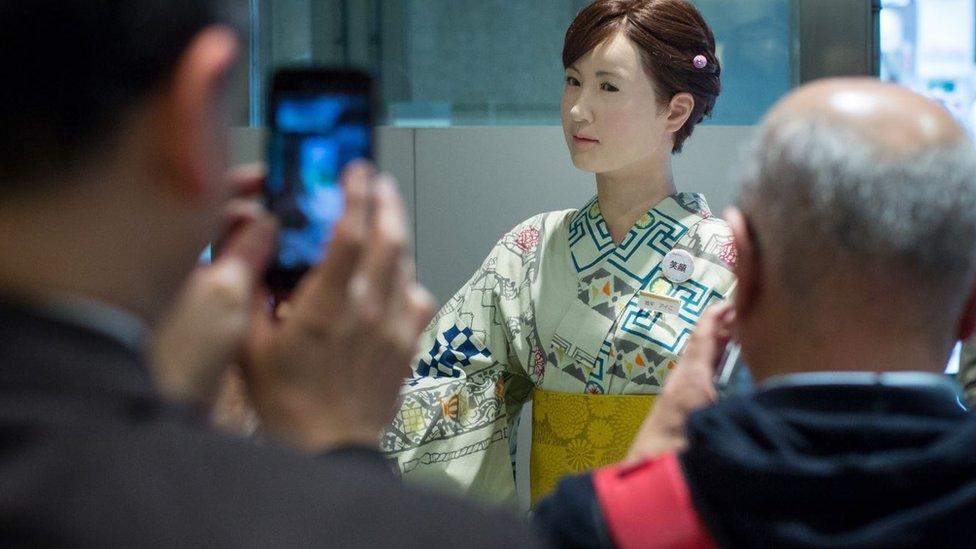 """Gente tomándole fotos al robot humanoide """"Aiko Chihira""""."""