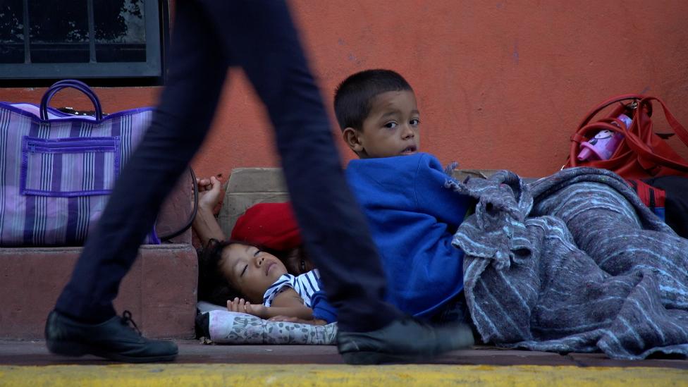 Muchos adultos y niños duermen a la intemperie en Tapachula a la espera de sus documentos.