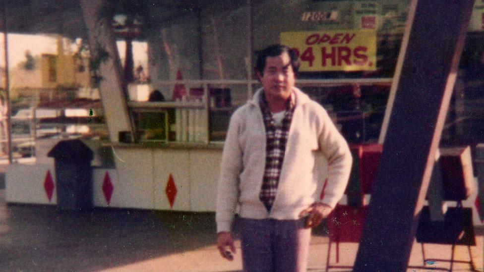 Ted frente a su primera tienda d donas