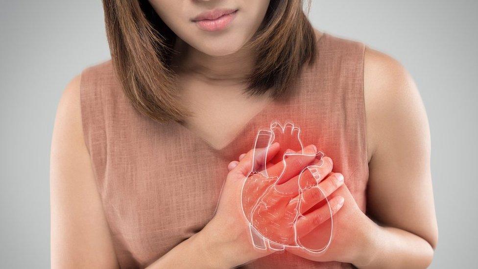 سيدة تعاني من مرض القلب