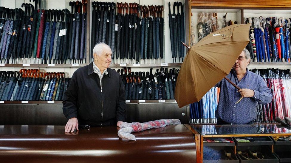 En la paragüería Víctor venden paraguas ingleses que pueden costar hasta US$1.000