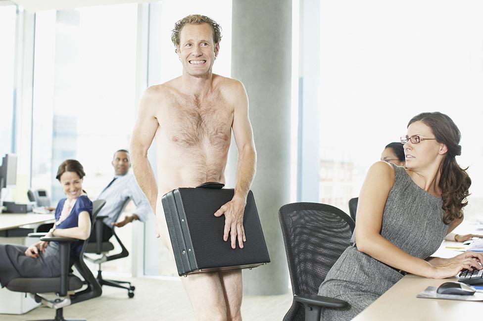 Un hombre desnudo se cubre con su maletín.