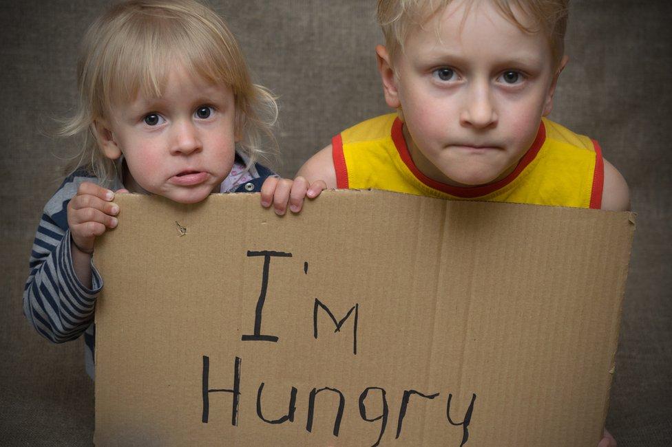 Niños con letrero