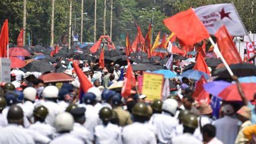 प. बंगाल: रोज़गार के मुद्दे पर वाम संगठनों और पुलिस में भिड़ंत