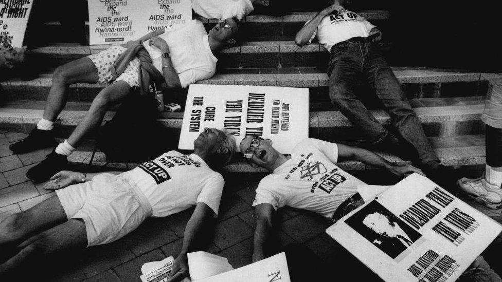 Una protesta a favor de la ayuda contra el VIH
