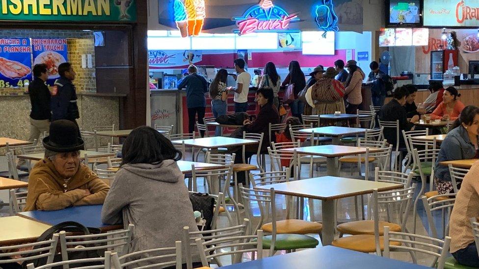 Mujer indígena en centro comercial