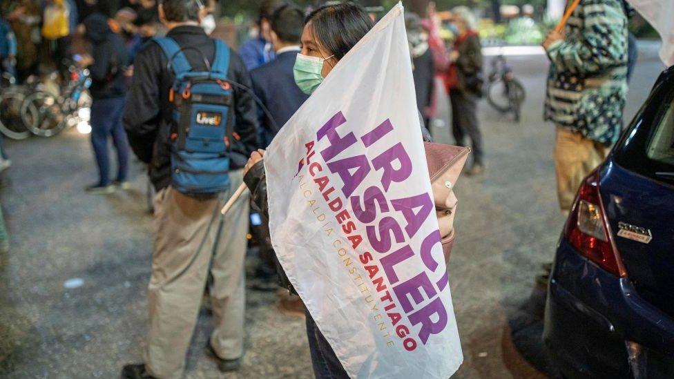 Mujer con bandera de Hassler