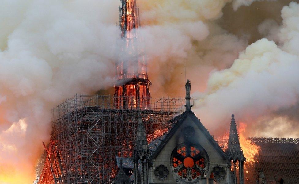 ادت النيران إلى انهيار سقف الكاتدرائية