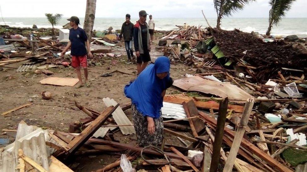 Personas entre los escombros del tsunami