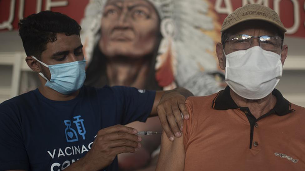 Homem recebe vacina no braço