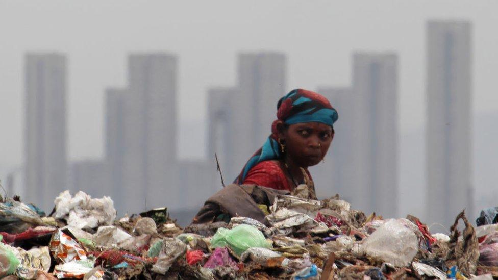Çöplükte fakir bir Hintli