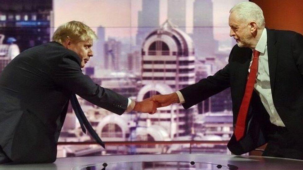 رئيس الحكومة بوريس جونسون (يسار) يصافح جيريمي كوربين زعيم حزب العمال المعارض