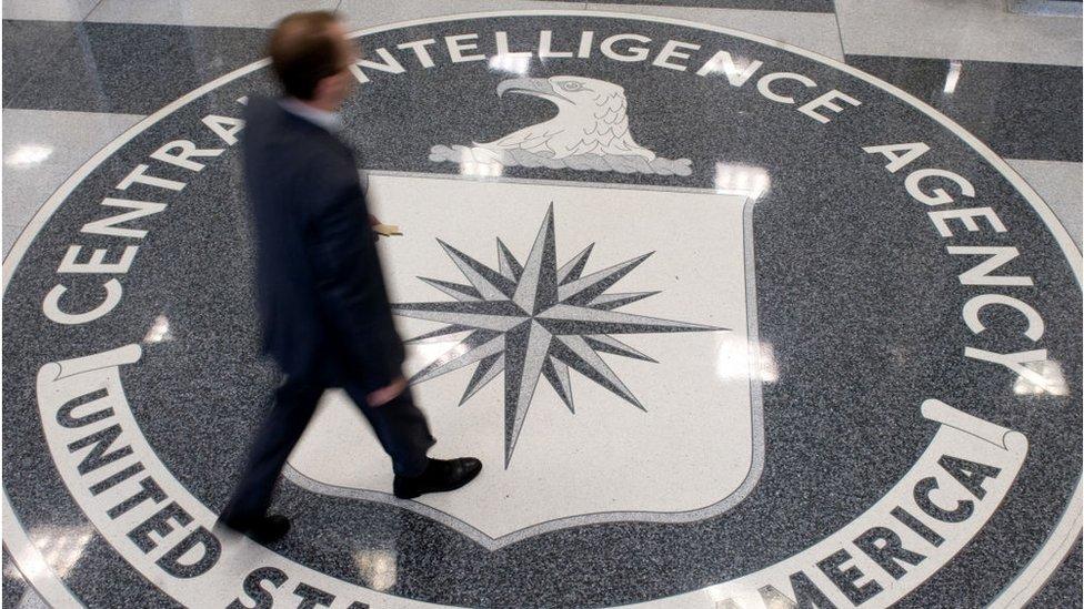 Un hombre cruza el lobby de la sede de la CIA