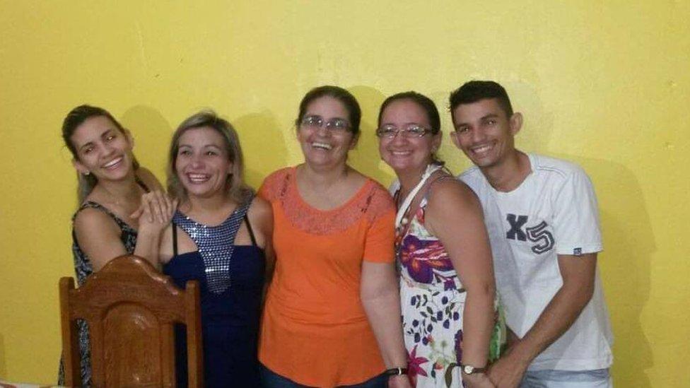 Francisca abraçada aos quatro filhos