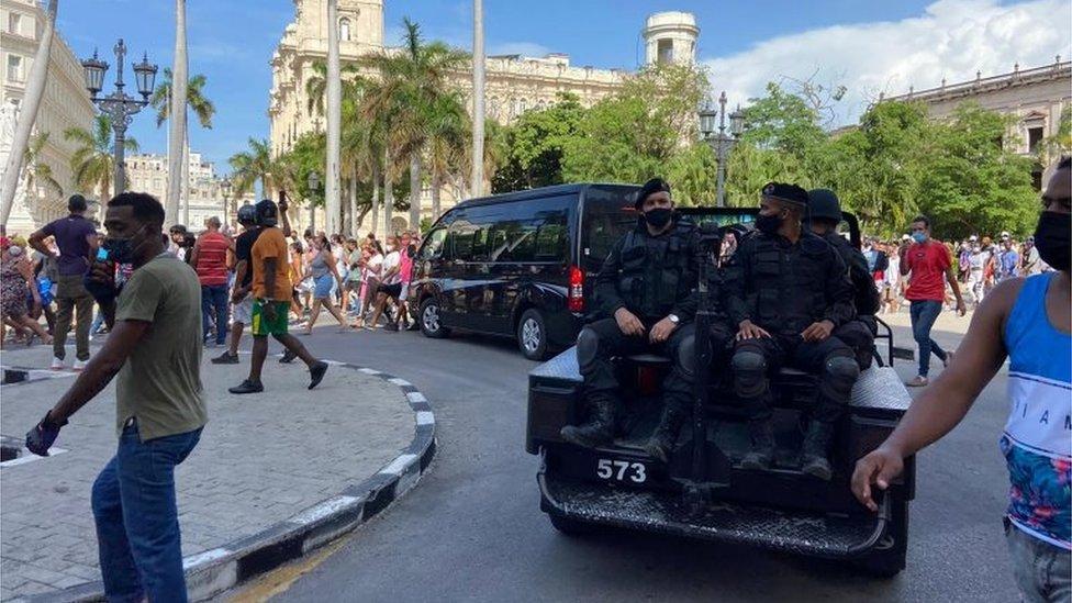 Policías en una protesta en La Habana