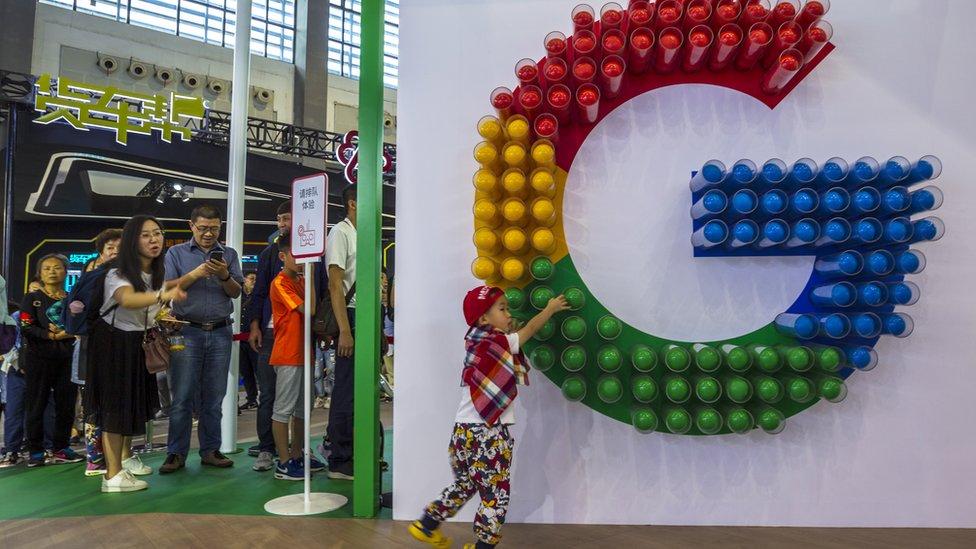 Niño juega con un logo de Google en China