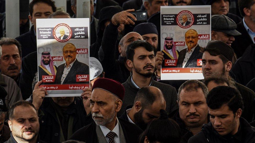 مسلمون يشاركون في صلاة الغائب على روح خاشقجي