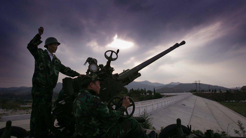 En otras ocasiones, el gobierno chino ha utilizado cañones que disparaban las partículas de yoduro potásico al aire y también aviones.