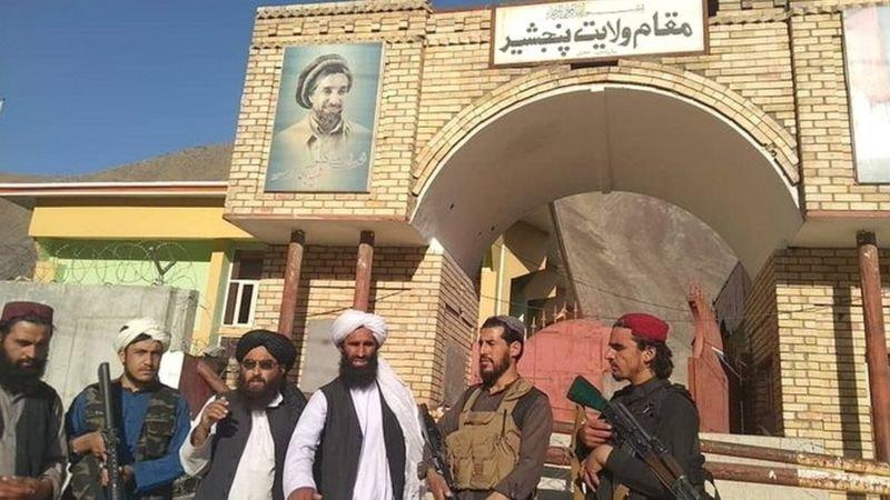 عناصر طالبان في مركز وادي بانشير بعد السيطرة عليه.