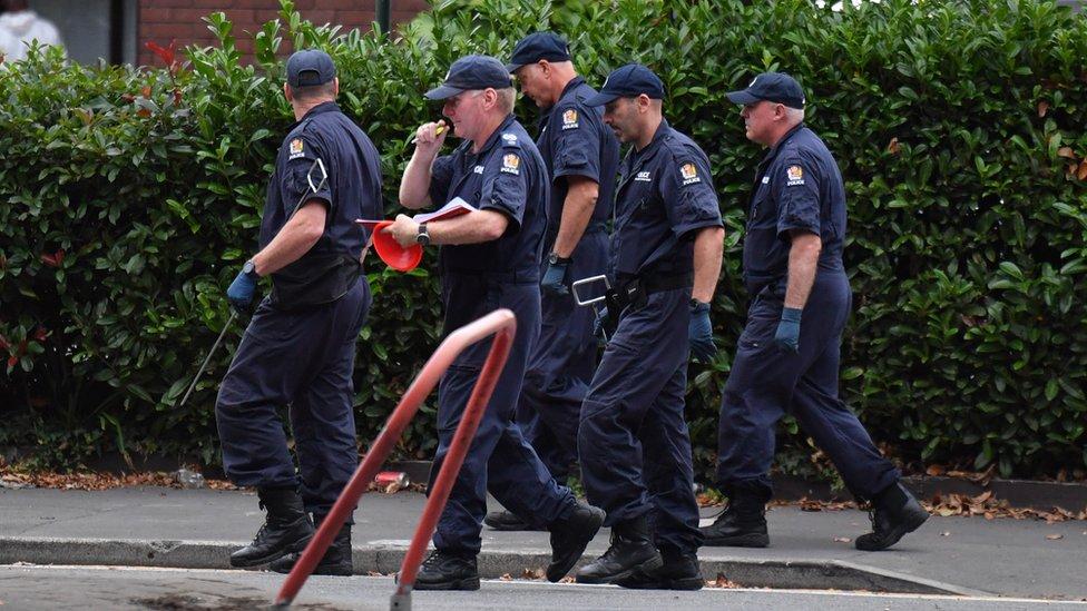 Investigadores de la policía en Nueva Zelanda inspeccionan el lugar del tiroteo