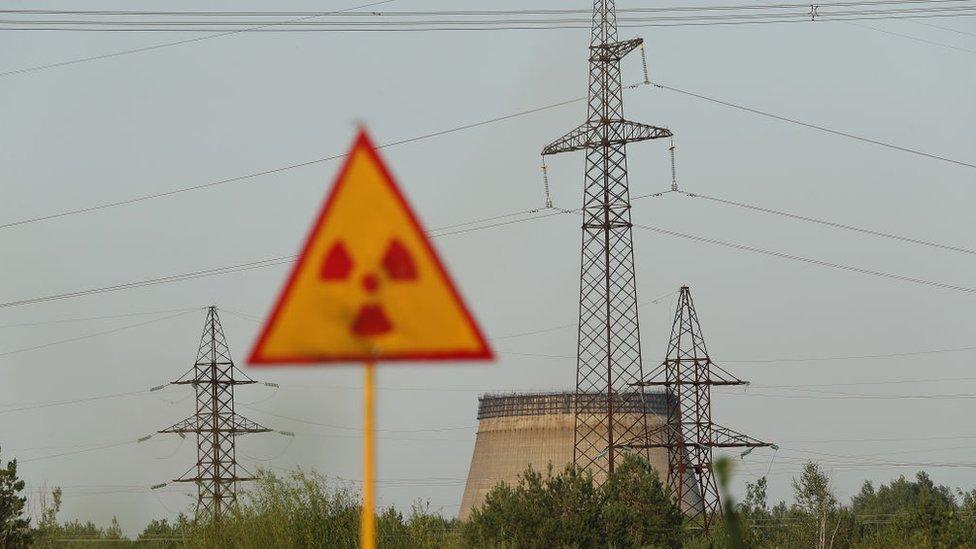 Una torre de refrigeración abandonada dentro de la zona de exclusión de Chernóbil.
