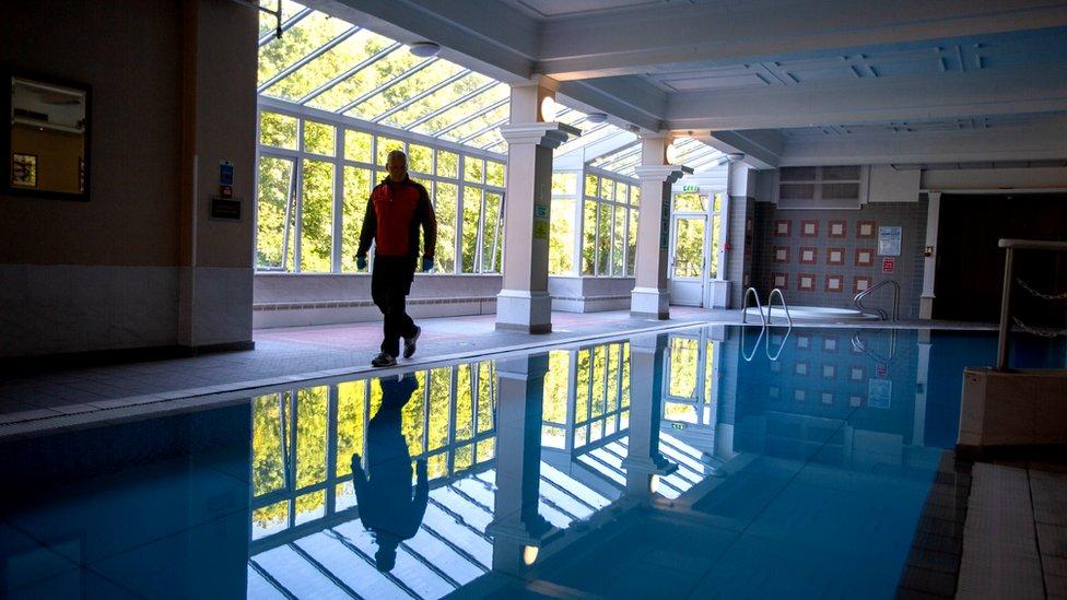 Will Whelan revisa la piscina del hotel Royal County.
