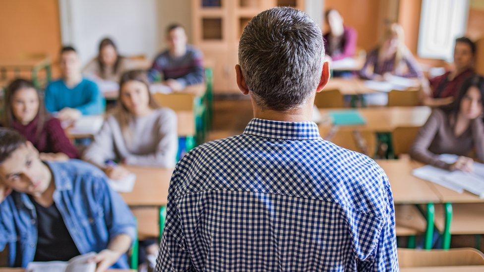 En Alemania, el periodo de entrenamiento práctico de los futuros maestros en salones de clase se extiende hasta dos años.