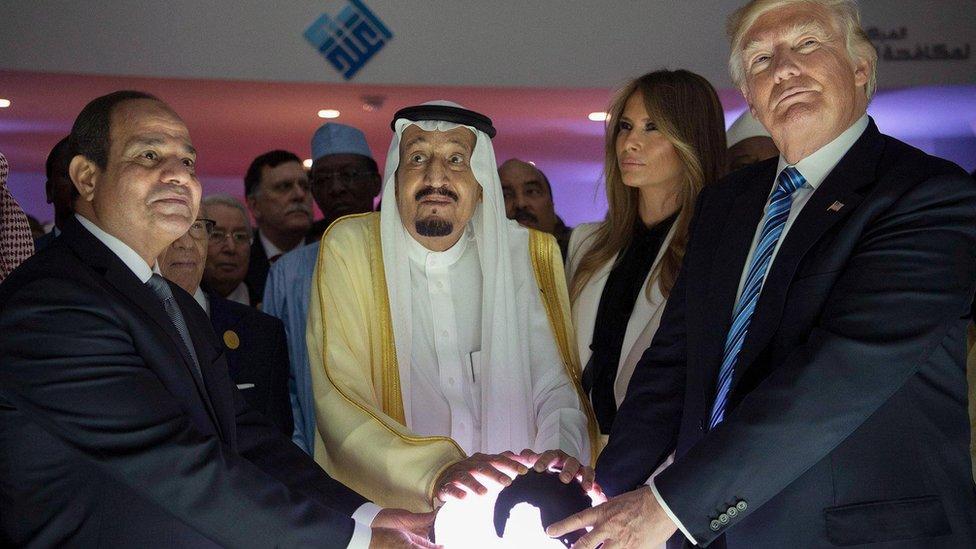 الرئيس المصري عبد الفتاح السيسي (يسار) والعاهل السعودي الملك سلمان والرئيس الأمريكي دونالد ترامب