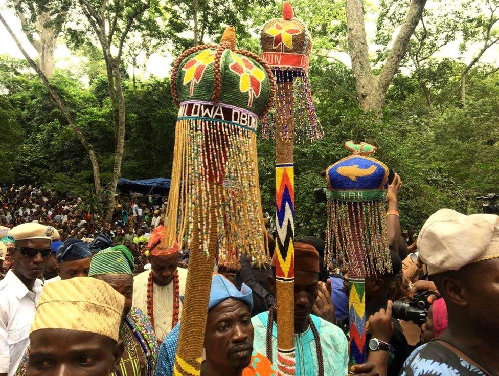 """في جنوب غرب نيجيريا تجمع عشرات الآلاف من الوثنيين ، من مجموعة """"يوروبا"""" العرقية بشكل أساسي ، في شهر أغسطس/آب ليكونوا في حضرة """"أوسن""""، آلهة الإخصاب حسب المنظمين."""