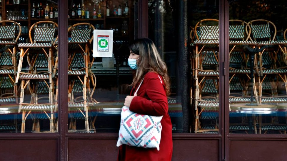 Mujer con mascarilla en Francia