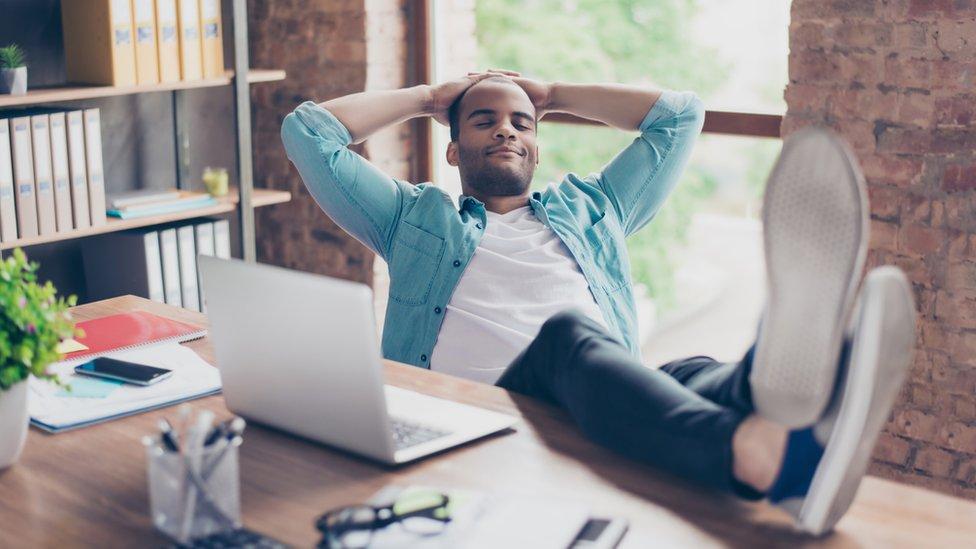 Hombre descansando en su escritorio