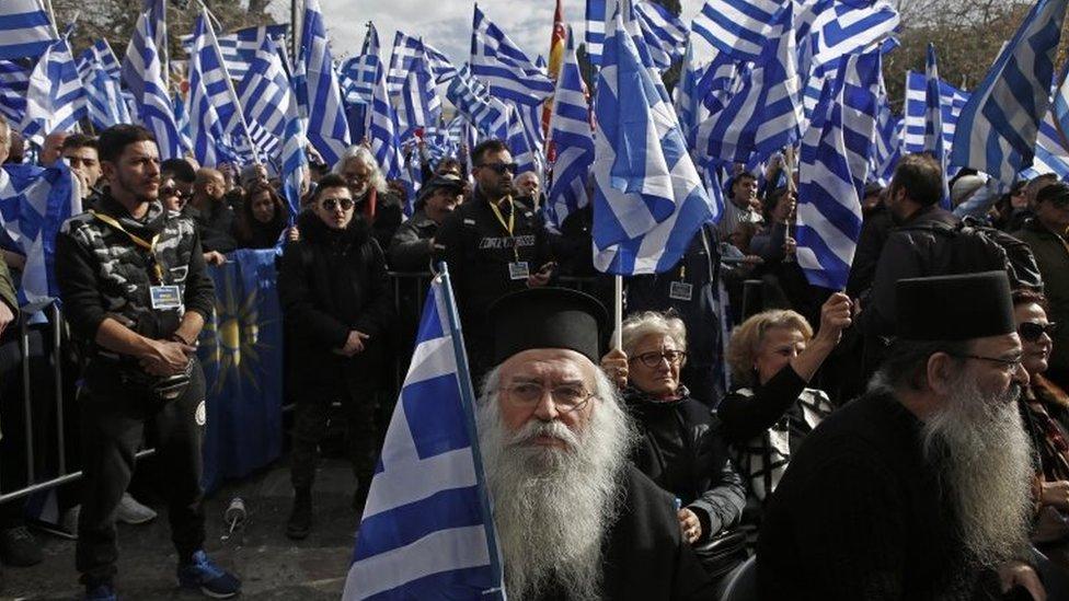 Stotine ljudi nosi grčke zastave